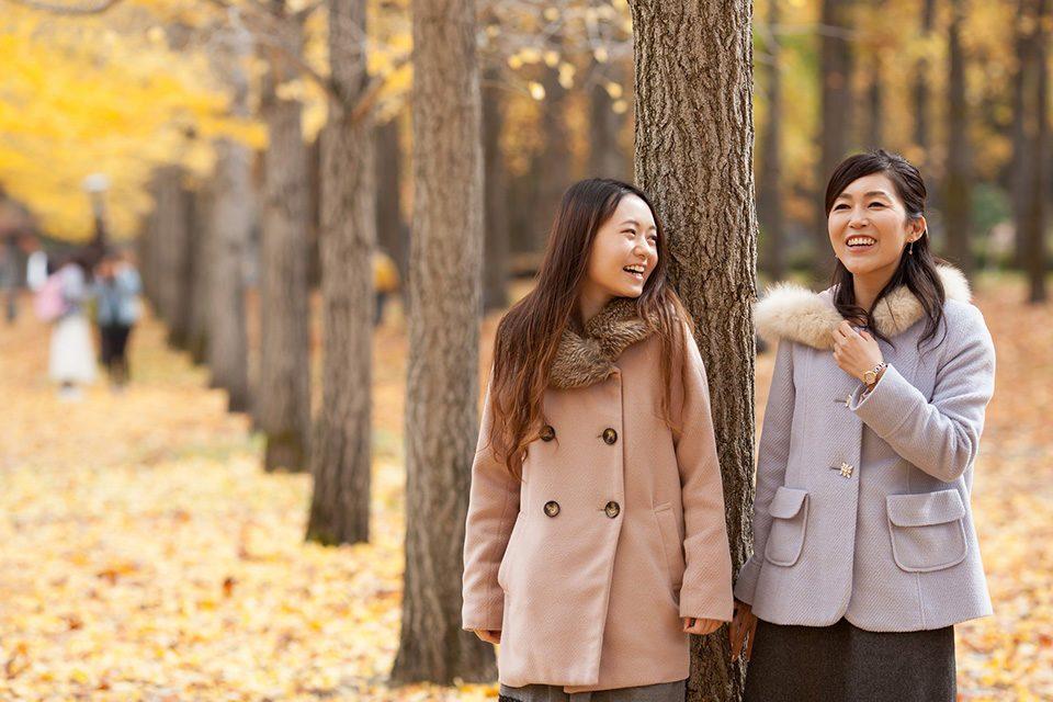 秋の行楽を楽しむ女性