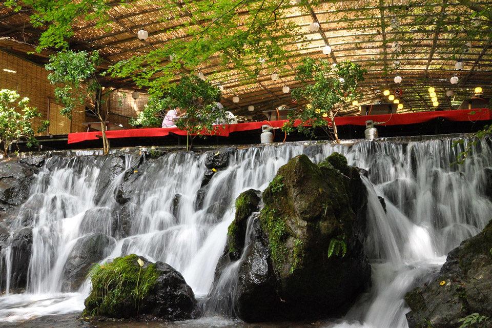 在貴船的潺潺流水中享受充滿清凉感的京都裡屋的河床吧!