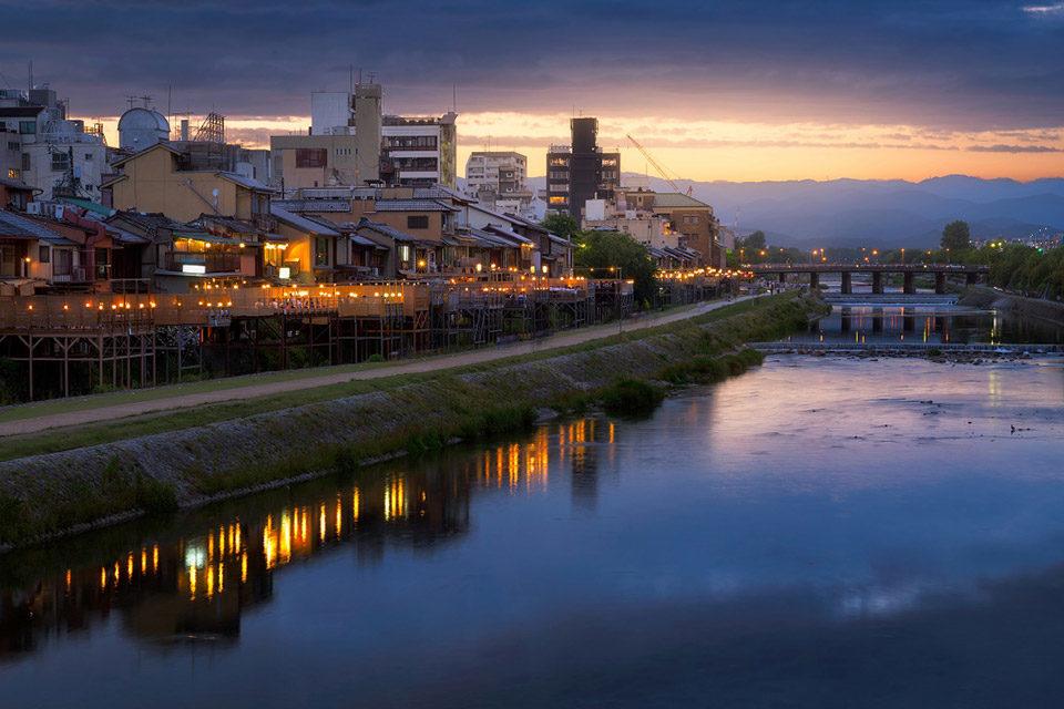 輕鬆地享受京都夏天的風景詩.鴨川納涼床吧!