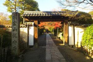 象徵著東方神秘思想「ZEN」的濃厚而細膩的「石庭」方丈庭園,以及在色彩豐富的鏡容池中享受的龍安寺之秋
