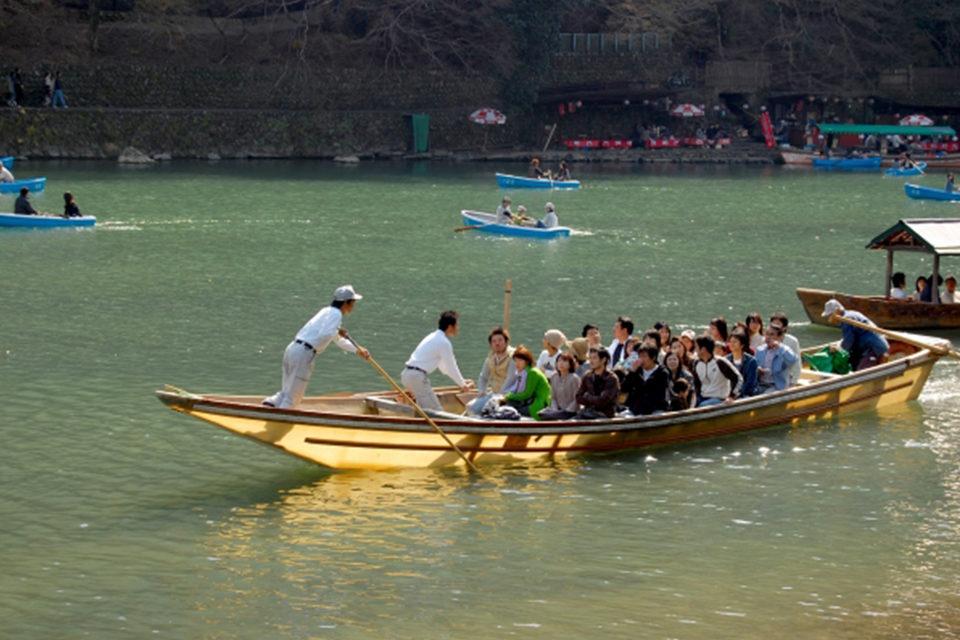讓我們在遊船上享受楓葉映襯的急流吧
