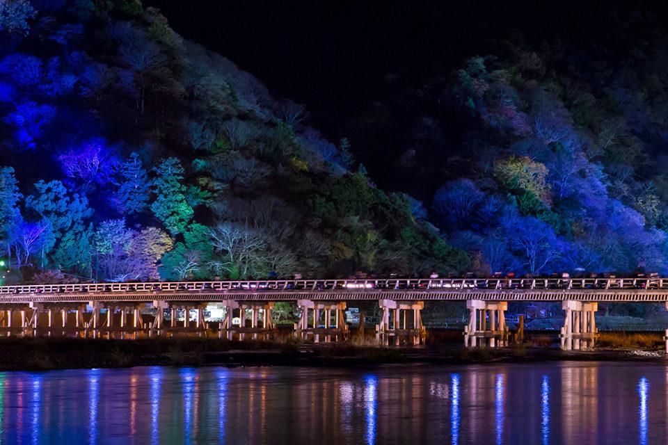 在京都・嵐山欣賞美麗的楓葉和壯觀的竹林!